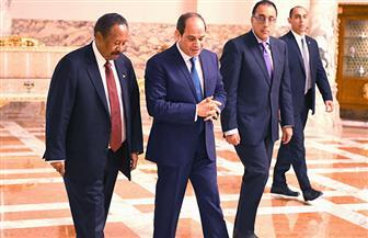 تفاصيل لقاء الرئيس السيسي ورئيس وزراء السودان| صور