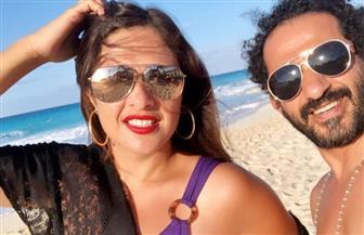 على شاطئ البحر.. أحمد حلمي برفقة ياسمين عبد العزيز