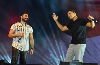 خالد منيب يوجه التحية لتامر حسني بعد مشاركته الغناء في حفله الأخير