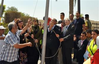 رئيس جامعة حلوان يرفع علم مصر احتفالا ببدء العام الجامعي الجديد  |  صور