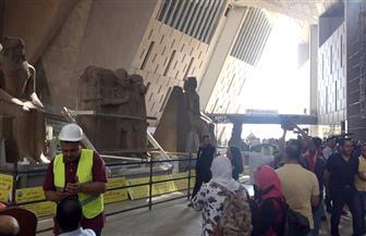 وزيري يشهد مراسم وصول ٤ تماثيل عملاقة بالمتحف المصري الكبير  صور