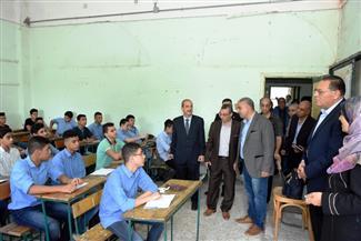 في أول أيام الدراسة.. محافظ الشرقية يجلس بين الطلاب مستمعا لمدرس كيمياء | صور