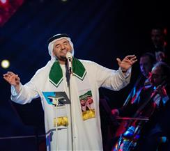 حسين الجسمي يتشح بالعلم السعودي خلال احتفاله باليوم الوطني 89 | صور