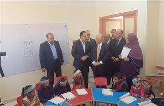 مدبولي يستمع للطلاب خلال تفقده مشروعات تطوير المناطق العشوائية بالقاهرة | صور