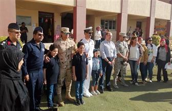 دفعة شهيد تفاجئ ابنيه بزيارة مدرستهما بالإسكندرية | صور