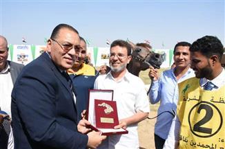 محافظ الشرقية يسلم دروع التميز للفائزين في مسابقة جمال الخيول العربية | صور