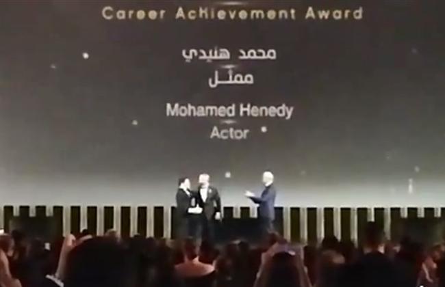 أحمد السقا يسلم محمد هنيدي جائزة الإنجاز الإبداعي في ختام مهرجان الجونة السينمائي  فيديو -