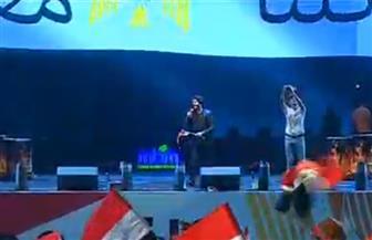 """سامح يسري يشعل منصة مدينة نصر بأغنية """"أنا أصلي مصري والمصري أصلي"""""""