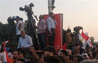 الأغاني الوطنية تشعل حماس المواطنين أمام المنصة | صور وفيديو