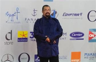 مهرجان الجونة يفاجئ جمهوره بحضور النجم العالمي ستيفن سيجال في حفل الختام  فيديو