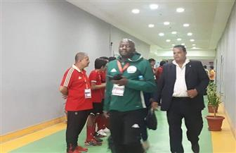 وصول طاقم حكام مباراة الأهلي وكانو سبورت إلى ملعب برج العرب