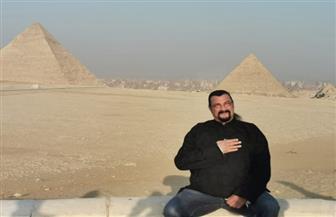 الفنان العالمي ستيفن سيجال يزور منطقة آثار الهرم | صور