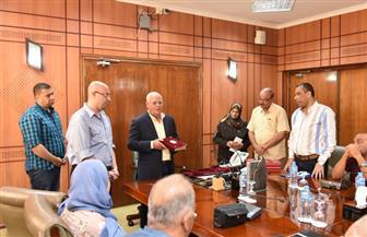 محافظ بورسعيد يكرم رئيس حي الشرق السابق ومدير جهاز شئون البيئة
