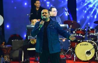 وسط الألعاب النارية المبهرة.. هشام عباس يشعل التجمع الخامس في حفل رأس السنة| صور