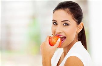 «يجنبهم الجوع الأكسجيني وأمراض القلب والأوعية الدموية».. فوائد التفاح ومضاره