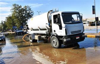 إصلاح وصيانة كسر خط مياه رئيسي تسبب في غرق شارع الكورنيش بأسوان   صور