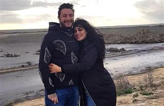 بإطلالة رومانسية.. أحمد الفيشاوي برفقة زوجته على شاطئ البحر | صور
