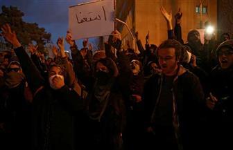 احتجاجات مناوئة للحكومة في طهران.. ومتظاهرون يمزقون صورة قاسم سليماني صور