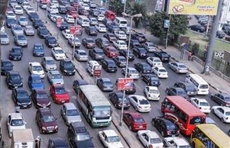 كثافات مرورية متحركة بسبب تصادم سيارتين بالأوتوستراد