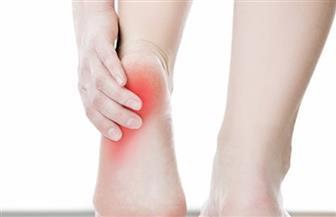 هل تشعر بألم في كعب القدم.. العلاج قد يكون بسيطا والتأخر يعرضك للجراحة