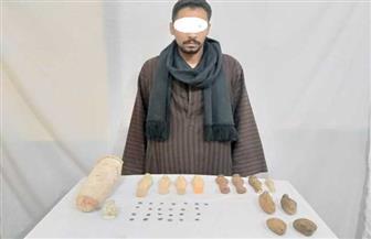 ضبط 39 قطعة أثرية ترجع للعصرين الفرعوني واليوناني بحوزة فلاح قبل بيعها