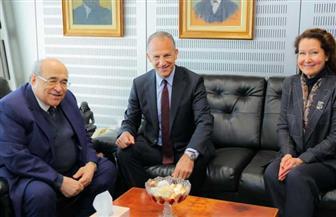 السفير الأمريكي يزور مكتبة الإسكندرية ويتفقد معالمها | صور