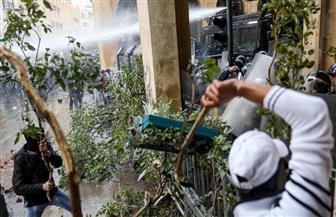 محتجون يهاجمون قوات الأمن بجذوع أشجار وأعمدة إشارات السير في وسط بيروت