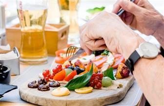 أطعمة تغذي الخلايا السرطانية داخل الجسم وأخرى تحاربها.. تعرف عليها
