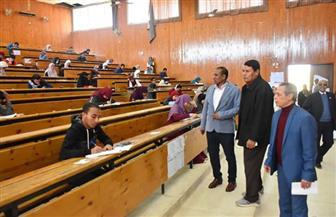 رئيس جامعة أسوان يتفقد لجان امتحانات كليتي العلوم ودار العلوم | صور