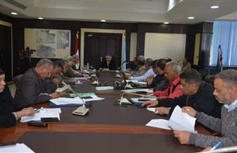 محافظ البحر الأحمر يناقش الموقف التنفيذي لمشروعات تطوير العشوائيات | صور
