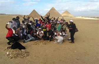 «سياحة الجيزة» ترافق 95 شابا إفريقيا خلال زيارتهم للمنطقة الأثرية بالهرم | صور