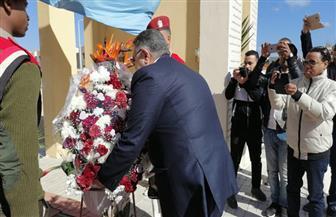 محافظ البحر الأحمر يضع إكليل الزهور على النصب التذكاري في احتفالات العيد القومي | صور