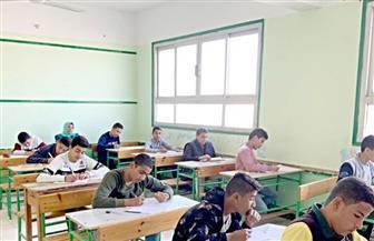 طلاب الصف الأول الثانوي يؤدون امتحان مادة التاريخ وفقا لنظام التقييم الجديد