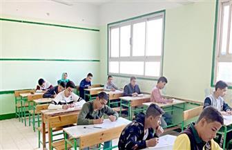 طلاب الصف الأول الثانوي يؤدون امتحان مادة الكيمياء وفقا لنظام التقييم الجديد
