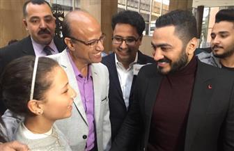 استقبال حافل للنجم تامر حسني في مؤسسة الأهرام | صور