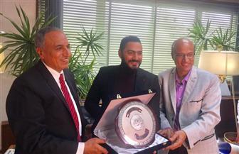 رئيس مجلس إدارة الأهرام يسلم تامر حسني درع تكريم مجلة علاء الدين | صور