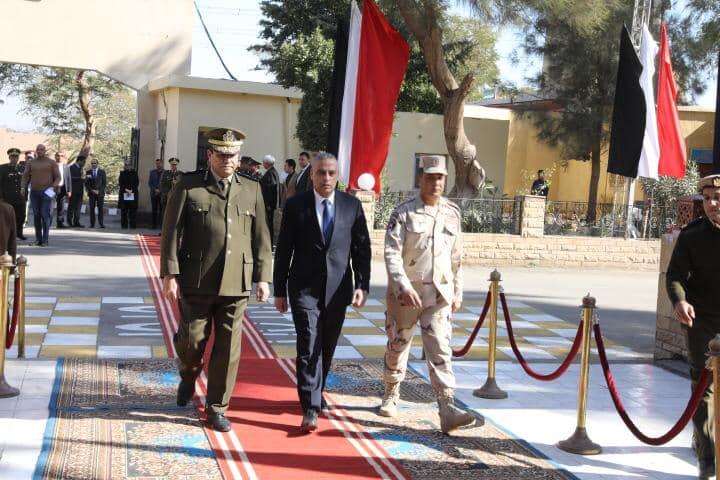 محافظ سوهاج ومدير الأمن خلال مراسم وضع أكاليل الزهور على النصب التذكاري لشهداء الشرطة