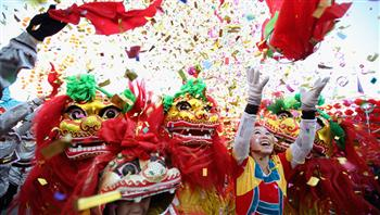 الاستغناء عن العمال وإشعال المفرقعات تقربا للآلهة.. طقوس غريبة للصينيين باحتفالات عيد الربيع   صور