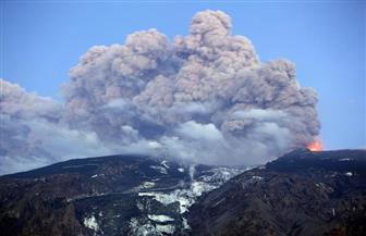 السلطات اليابانية ترفع مستوى التحذير بعد ثوران بركان في جزيرة بجنوب البلاد