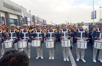 العروض العسكرية الموسيقية تبهر الأطفال في معرض الكتاب