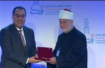 رئيس الوزراء يكرم اثنين من العلماء المشاركين بالمؤتمر العالمي لتجديد الفكر الإسلامي