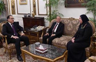 رئيس الوزراء يهدي درع تكريم لوزير الصناعة السابق | صور