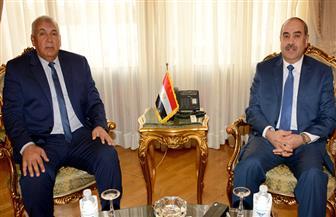 وزير الطيران ومحافظ الوادي الجديد يبحثان تنظيم رحلة أسبوعية بين القاهرة والمحافظة | صور