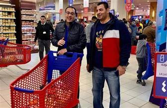 مصطفى مدبولي يتسوق في أحد المولات دون حراسة ويلتقط السيلفي مع المواطنين | صور