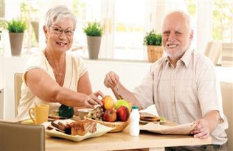 دراسة: شرب الشاي وتناول الخضراوات والفاكهة يحد من مخاطر إصابة كبار السن بمرض الزهايمر