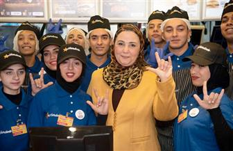 القباج تفتتح فرعا جديدا لمطعم شهير يديره طاقم من شباب ذوي القدرات الخاصة اليوم | صور