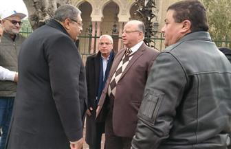 محافظ القاهرة يجوب الشوارع للتأكد من عمل بالوعات الأمطار بكفاءة