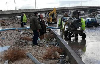 رئيس حي غرب الإسكندرية يتابع أعمال كسح المياه نوة رأس السنة |صور