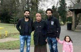 محمد صلاح يظهر مع والدته وشقيقه وابنته في شوارع ليفربول