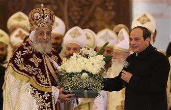 الرئيس السيسي يقدم باقة ورد للبابا تواضروس في عيد الميلاد